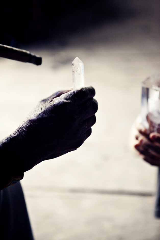 manos del abuelo y cristal – copia