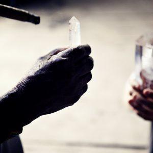 manos del abuelo y cristal - copia